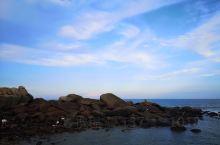 炎炎夏日,我又来白塘湾了,正值暑假所以人潮如涌,却是凉风习习。爬山礁石,东西南北各拍了一张。