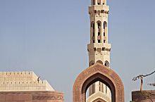 值得一看的清真寺。外表就是一座精美的艺术品。大殿里的地毯据说是世界上最大的整块地毯,花纹精美,用料考