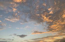 早上五点的天空,以及站在民宿阳台望去的大海,民宿位于环岛路边,很美腻