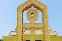 该馆是一组具有现代建筑风格和殷商宫廷风韵的后现代派建筑群,由字坊、广场、主体馆、仓颉馆、科普馆、研究
