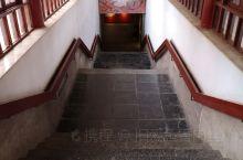 漫步洛阳 古墓博物馆的重头戏——地下陈列区 它以分室陈列的方式,展示了邙山陵墓群从两汉到明清各代的墓