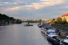 伏尔塔瓦河两岸风光无限,城堡和老城广场游人如梭。
