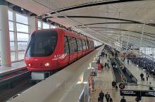抵达底特律机场便看到DELTA航空醒目的红色接驳小火车。底特律河对岸是加拿大的温莎市,对岸飘枫叶旗地