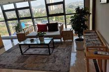 推荐一家性价比超高的酒店,位于商洛市丹凤县,酒店地处丹江边,离漂流的码头步行5分钟。酒店环境很棒,房