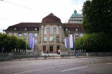 苏黎世是瑞士最大城市,气候宜人。老城很诱人,很有味道。苏黎世大学的平台可一览全城景观。最大感触是苏黎