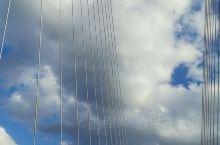 壮观的伊犁河大桥耸立山巅之上直穿云霄,碧蓝的河水与蓝天交相辉映。身后的旧屋勾起儿时的记忆,岁月的艰辛