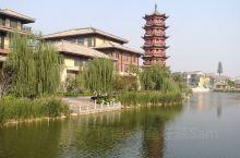 濮阳金堤河国家湿地公园旁有座新屹立起的濮水小镇。这里有曲河、拱桥、高塔、巍阁;有戏台,有城门,有饭庄
