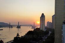 美丽的西江边上,看着夕阳西下,细细弯弯的小月牙慢慢升起,真的很美!