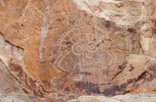 距离市区约40公里的贺兰口岩画景区,这里的岩画是贺兰山岩画中最具代表性的,其中一幅太阳神岩画是其中的