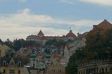 卡罗维发利 - 捷克著名的温泉小镇,离首都布拉格120余公里。小镇地处群山环抱的一条溪沟两旁,所有建