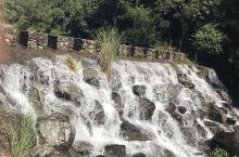 游黄满寨瀑布,黄满磜瀑布群位于广东省揭阳市揭西县京溪园粗坑村粗坑河上游,河水至此奔流直泻,形成宽八十