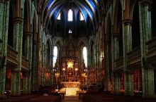 渥太华圣母大教堂,是和巴黎圣母院齐名的哥特式建筑,做工细腻,镀锡装饰塔顶,非常美丽。建于1832年,