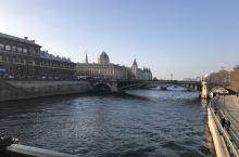 塞纳河  海明威说:如果你够幸运,在年轻时待过巴黎,那灱巴黎将永远跟著你,因为巴黎是一席流动的飨宴。