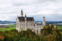 天鹅堡是19世纪晚期的建筑,位于德国巴伐利亚西南方,邻近年代较早的高天鹅堡(又称旧天鹅堡),距离菲森