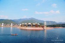 """早就听说一家有江南的""""马尔代夫水上屋""""之称的云曼酒店,藏在浙江丽水深山峡谷的云和湖上,到山外青山,云"""