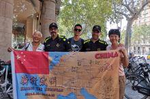 在巴塞罗那偶遇一中国大叔,从雅典骑自行车到巴塞罗那,带国旗的是他的骑行路线图,很佩服大叔的精神,当地