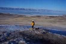 司机驾驶着小钢炮在雪原上翻山越岭,白雪和透蓝的冰面相辉映,棕色的冻土和枯黄的野草默契相接。莫兰迪色调