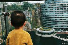 小朋友被深坑惊呆了! 幼儿园组织秋游,目的地是上海的深坑酒店。对于小朋友来说,玻璃栈道上这景象超震撼