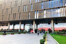 前行的方向除了道路还有内心,今日去上海浦东图书馆,远观整个图书馆建筑造型为自然、淳朴、大气的六面体,