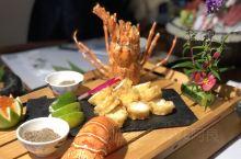 在西安高新二路有家绢和精致料理,门口樱花朵朵 颇有日式风情,三文鱼刺身、蒲烧鳗鱼、烤物拼盘、大虾天妇
