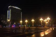 夜幕下的梅县人民广场,广场位于梅县区新城中心地带,毗邻梅县区行政中心区,背靠莲花山森林公园,是集旅游