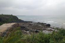 第二次来到龙门激浪…这是儋州,峨蔓镇的一个没开发的景点。钻过山洞就是还。礁石很多,也可以捉小螃蟹…据