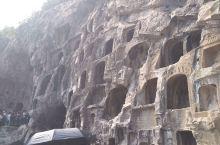 河南洛阳龙门石窟的西山崖壁上有北朝和隋唐时期的大、中型洞窟50多个。古阳洞、宾阳中洞、莲花洞、皇甫公