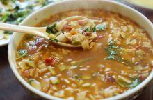 青海土族的一桌当地菜,太好吃了。 午饭在青海海东互助土族自治县,五十镇班彦村一家农家乐里吃,蒸土豆有