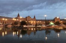 塞维利亚西班牙广场 中央的大喷泉被秀美的护城河所环绕,恢弘的建筑在广场边缘形成半圆形,尤其在日落时分