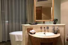 开业十周年了~一如既往的喜欢这里,酒店服务员态度很好,干净整洁舒适又交通方便,而且这里的泉眼是纯天然