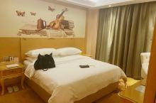 酒店位置很方便,前台免费升级了行政套房,房间里干净整洁,下次还会来住。