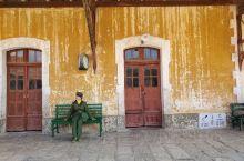 云南蒙自碧色寨火车站是电影芳华中抢救伤员的拍摄地,电影最后定格在这座小黄房子的门口,男女主角相拥在一