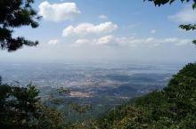庐山位于九江平原与江南丘陵带的交界处,山势陡峭挺拔,植被丰茂,自然风光优美,自古以来都是江淮地区的风