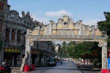 文昌的文南老街是一个铺满着青色的石板路与灰色的骑楼交相呼应,犹如回到了上个世纪,下一个从楼里出来的人