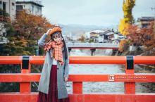 """""""中桥""""横跨在流经高山老街的宫川河上,红色的桥栏给人留下深刻的印象,是高山的象征性建筑。站在桥上,一"""