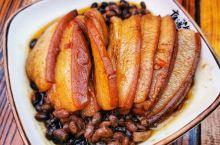 石泉庖汤宴在中坝作坊小镇的长街上开席,十分震撼。8人一桌,包括8个凉菜、6个炒菜、6个大碗蒸菜、6个