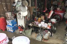 这里是到平江县城的乡里,天上下着蒙蒙细雨,一直在等车。是钟洞镇,在里面吃了碗面,6元钱一碗面,还是很