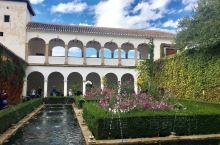 阿尔罕布拉宫,是伊斯兰建筑中的瑰宝,西班牙的故宫。 宫殿由许多不同的院落组成,包括了国王办公、接待使
