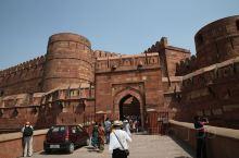 阿格拉古堡是阿巴克大帝花费十年心血建起的一座极其奢华的宫殿,其孙子沙杰汗继位后,又增建了一些殿宇,使