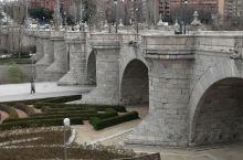 马德里市托莱多桥建造于1718至1732年间,由设计师Pedro de Ribera设计,是一座巴洛