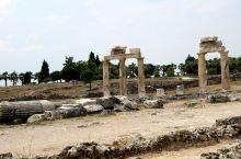 希拉波利斯:希拉波利斯位于棉花堡之上,建于公元前190年,因当地有丰富的温泉资源,古代罗马、希腊的贵