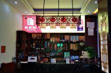 在小湘楼饭店吃湘菜,由于人多只有安排在类似旋转寿司长桌子,菜盘在传送带上慢慢转到面前就要稳准夹菜。海