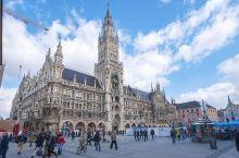 城市客厅是德国慕尼黑的精华所在,尖顶的哥特式建筑,美到窒息。提到慕尼黑,球迷们会先想到安联球场,车迷
