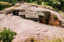从石头里凿出来的岩石教堂  一千多年前的拉里贝拉国王,是个狂热的基督徒,硬是把这小山这么大的花岗石给