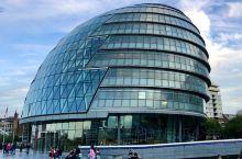 伦敦市政厅  伦敦市政厅位于泰晤士河南岸,伦敦塔桥附近,与古老的伦敦塔隔河相望。 伦敦市政厅是英国首