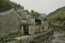 奉化栖霞坑古道,小溪潺潺,樱花盛开,这条古道是古时奉化通往新昌、宁海的必经之路,号称唐诗之路,四明山