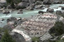 从德格县出来,经川藏公路翻越雀儿山,便到达了柔情似水的玉隆拉措风景区。乌云下的天空,青山融融、绿草茵