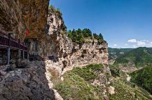 宁武悬崖古栈道,在山西省城西70公里处涔山乡张家崖村西的翔凤山上,在天然雕塑大走廊内,创建年代可上溯