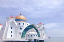 在马来西亚打卡的最后一座清真寺了。  也是很美,像是建在水上。整体是白色,穹顶是金色的。拱门上镶嵌着