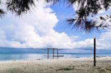 这儿是马来西亚沙巴美人鱼岛 仿佛被我们承包下来的岛一样 人很少很清净 有当地的居民生活 他们人很好
